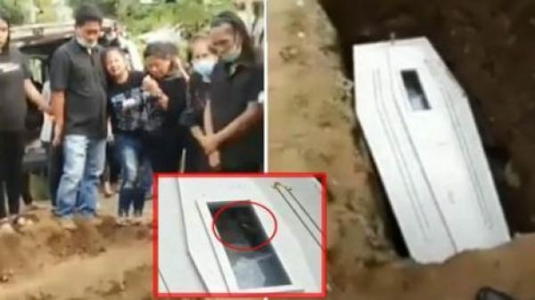 Sự thật về clip xôn xao MXH: Người đã khuất giơ tay vẫy trong quan tài, lúc người thân đang khóc quằn quại đưa tiễn