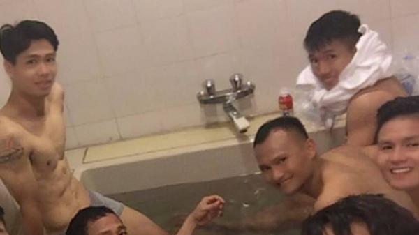 Công Phượng chiếm spotlight với body cực phẩm khi cùng tuyển Việt Nam ngâm bồn đá phục hồi sau trận thắng Malaysia