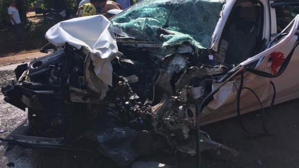 Tai nạn nghiêm trọng: Xe rước dâu đ âm trực diện xe tải, 2 người ng uy k ịch