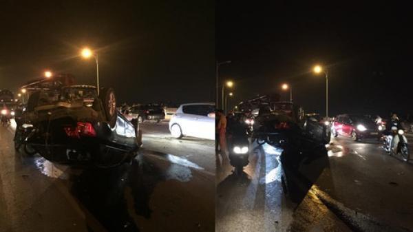 Hà Nội: T.ai n.ạn kinh hoàng giữa 3 ô tô trên cầu Vĩnh Tuy, 1 xe l.ật n.gửa b.ụng