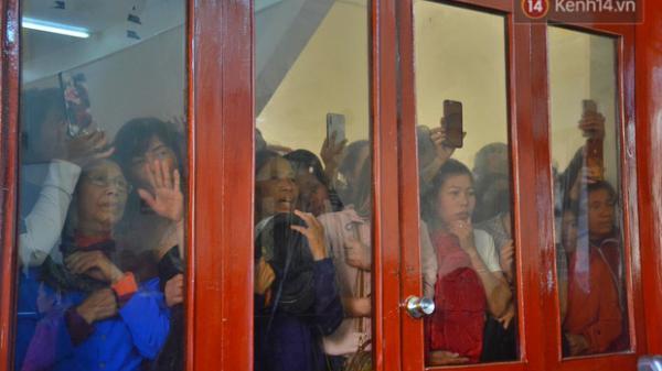 Cận cảnh người dân c.h.e.n c.h.ú.c bên ngoài tòa án để livestream phiên xét xử mẹ nữ sinh và đồng phạm