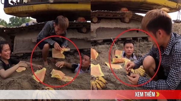 Con trai Bà Tân Vlog vùi hai em vào cát, mang chuối với hương ra để thắp vái lạy xì xụp