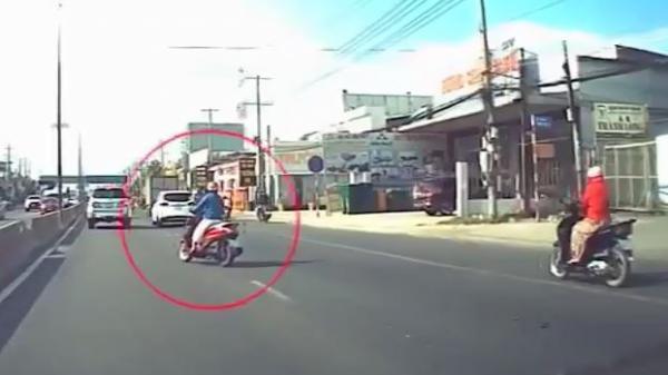 Cư dân mạng 'toát mồ hôi' bởi 'nữ ninja' ngủ gật lượn lờ trước làn đường ô tô