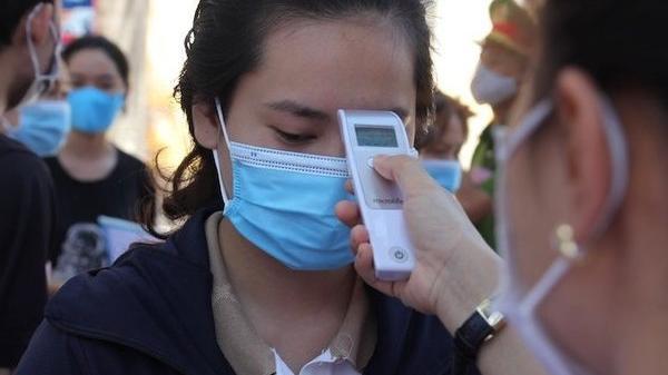 Nhiều thí sinh hoảng sợ vì máy đo thân nhiệt báo gần 40 độ sau khi đo lần 1
