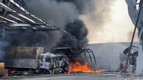 Cháy dữ dội công ty đệm mút, khói đen ngút trời