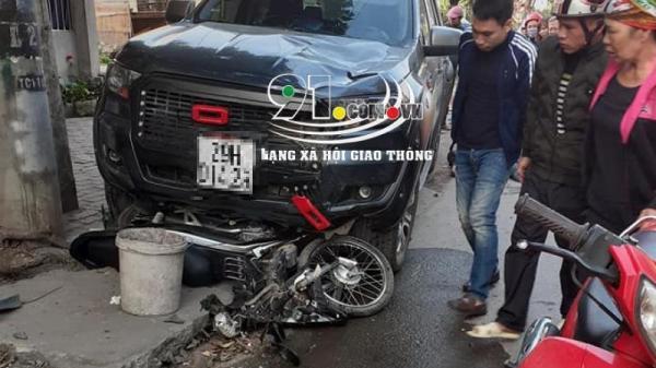 VỪA XONG: Xe bán tải tông và kéo lê xe máy hàng chục mét một người nguy kịch