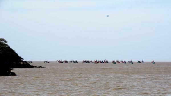 Tàu cá va vào đá ngầm, 8 ngư dân trôi dạt trên biển