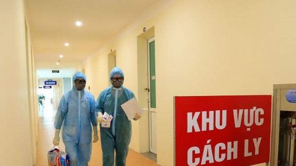 Một thầy giáo cùng con gái 17 tuổi đi Đà Nẵng về có biểu hiện đau họng, tức ngực