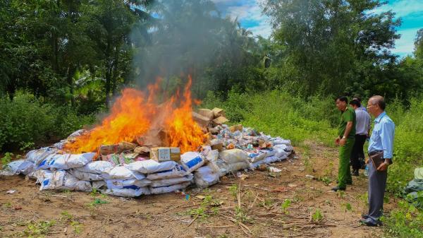 Vĩnh Long: Tiêu hủy 15.000 sản phẩm hàng hóa nhập lậu, tổng giá trị khoảng 600 triệu đồng