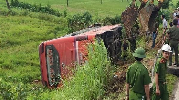 Xe khách lật xuống ruộng, 1 người chết, 20 người cấp cứu