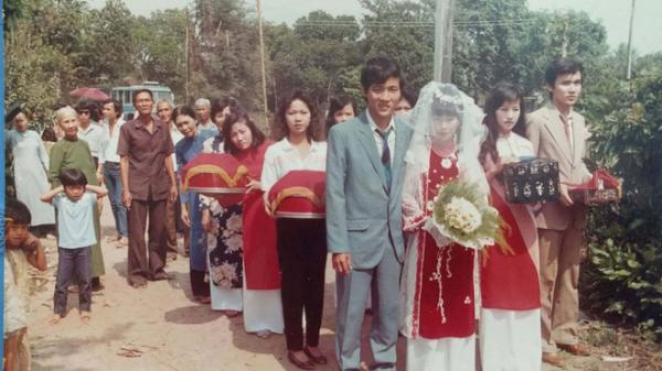 """31 năm trước uống một cốc nước mía bên đường, người đàn ông mê luôn cô bán hàng, diễn một """"cú lừa"""" rồi thành công cưới về làm vợ"""