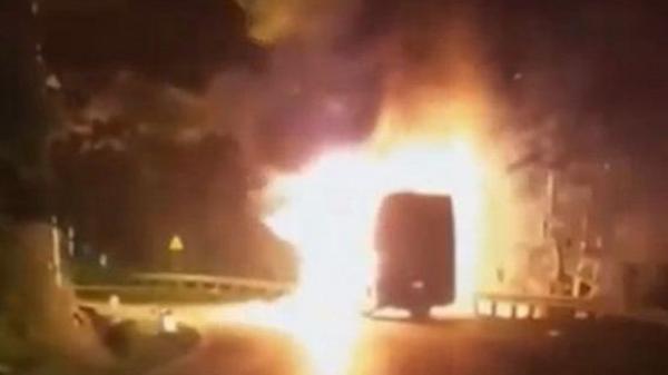 Xe khách chở 20 người bốc cháy dữ dội khi đang chạy trên quốc lộ, ai cũng bàng hoàng sợ hãi