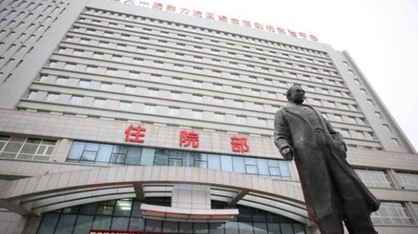 """Lại xuất hiện bệnh nhân """"siêu lây nhiễm"""" tại Trung Quốc khiến 50 người mắc bệnh, thành phố 10 triệu dân có nguy cơ phong tỏa"""