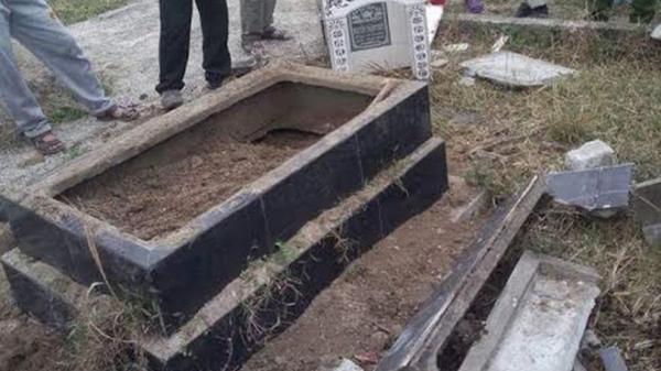 Tiền Giang: Bị chủ nợ đào mộ của mẹ vợ lên và đốt xác ngay tại sân nhà