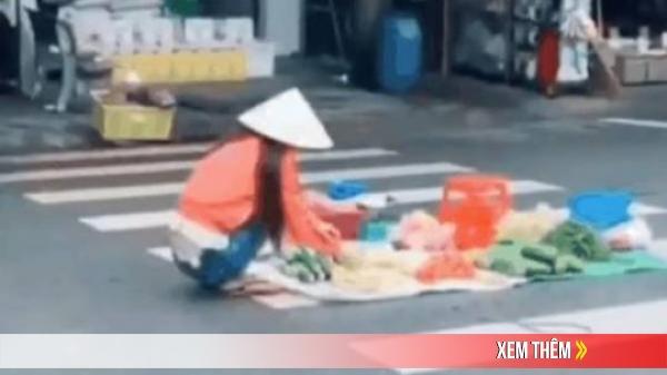 Clip: Người phụ nữ thản nhiên ngồi bán rau giữa... vạch kẻ đường, bất ngờ hơn cả là hành động của những người xung quanh