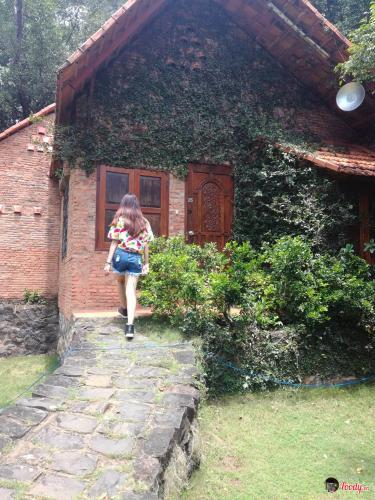 Những ngôi nhà gạch xây dựng theo kiểu villa cho hộ gia đình- ảnh Foody.vn