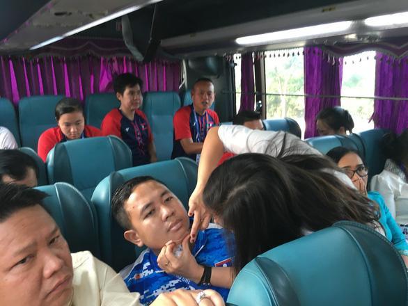 Thành viên đoàn Lào bị th.ương được sơ cứ.u - Ảnh: HOÀNG ANH