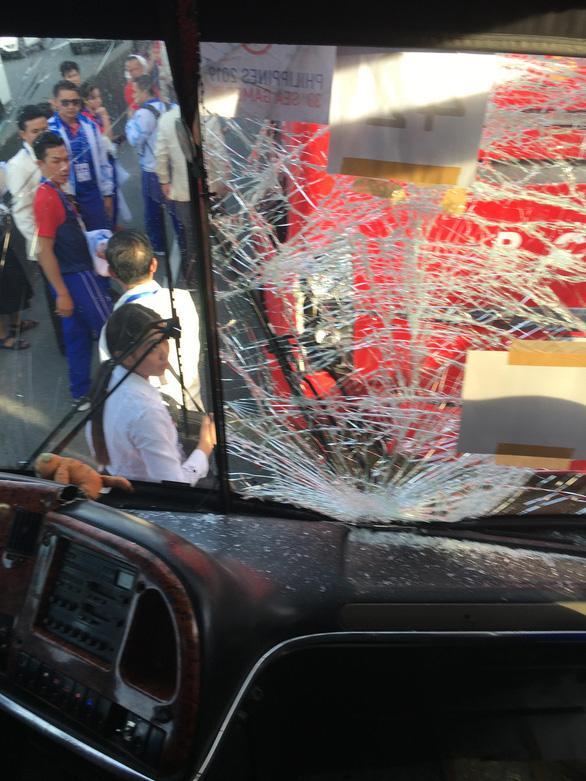 Cú v.a ch.ạm đã khiến xe chở đoàn thể thao Việt Nam và Lào bị v.ỡ kính - Ảnh: HOÀNG ANH
