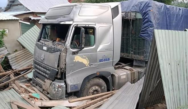 H.iện tr.ường vụ xe container t.ông s.ập nhà người dân trong đêm.