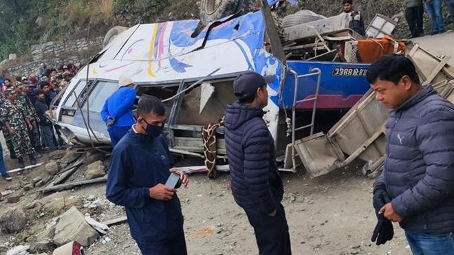 Chiếc xe buýt rẽ ra khỏi tuyến đường cao tốc và lăn xuống một con dốc sâu khoảng 70m ở Nepal.
