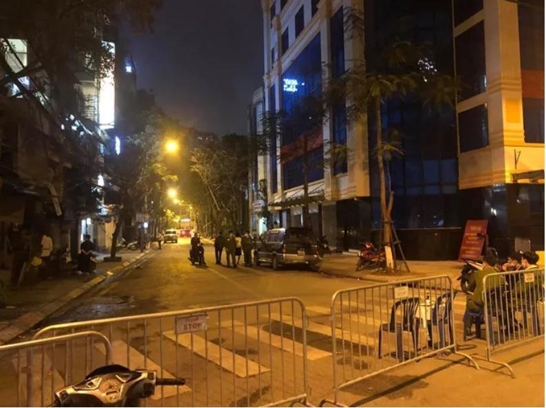 Khu phố Trúc Bạch bị lực lượng chức năng chặn đường (Ảnh: Tin247)