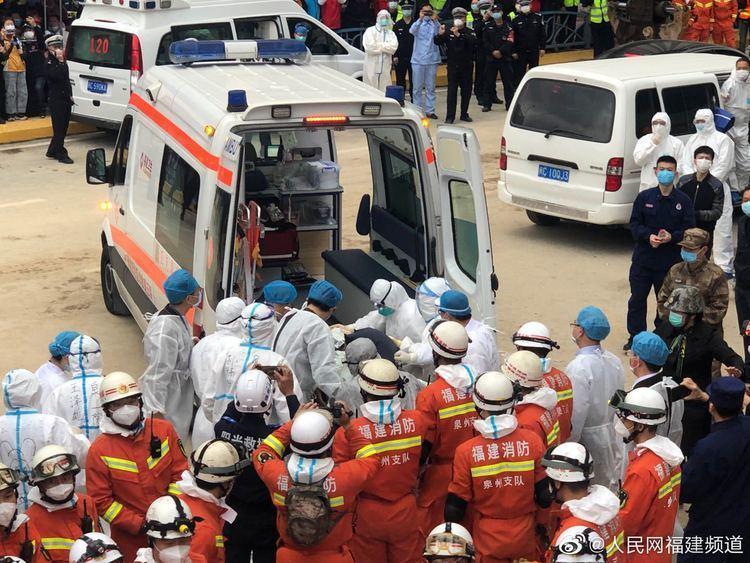 Người được giải cứu từ đống đổ nát được đưa đi cấp cứu. (Ảnh: Sina)