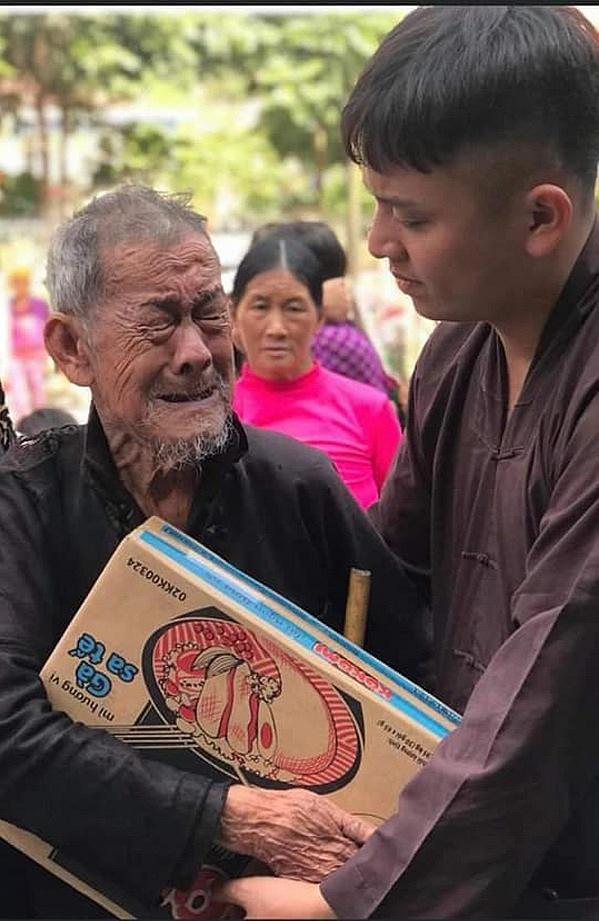 Bức hình cụ ông nghèo ở Hà Giang đi nhận quà từ thiện gây xúc động.