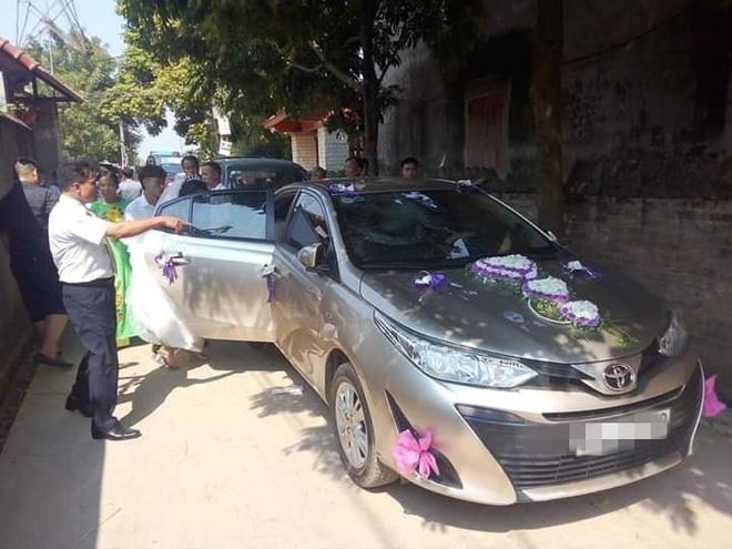 Chiếc xe hoa bị đá ném nứt vỡ kính trước.
