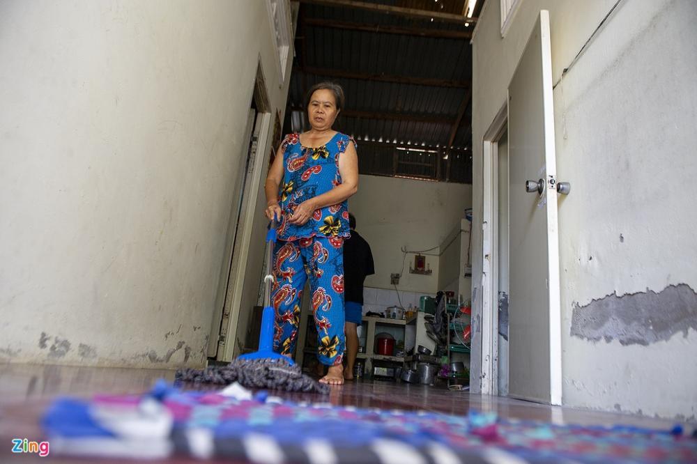 Bà Nguyễn Thị Thanh Thắm (hàng xóm) cho biết do nhà ở của bà liền kề với nhà ông V. nên khi biết tin, bà khá lo lắng. Tuy nhiên, bà hiện bớt lo lắng khi biết cả gia đình người bán hàng rong đều âm tính với Covid-19, đồng thời toàn khu vực nhà ở xóm Huế không bị phong tỏa cách ly theo đề xuất ban đầu của ngành chức năng.