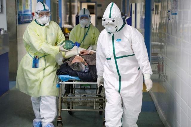 Một bệnh nhân ở Vũ Hán dương tính với Virus Corona đang được các nhân viên y tế di chuyển đến phòng cách ly. (Ảnh: SCMP)